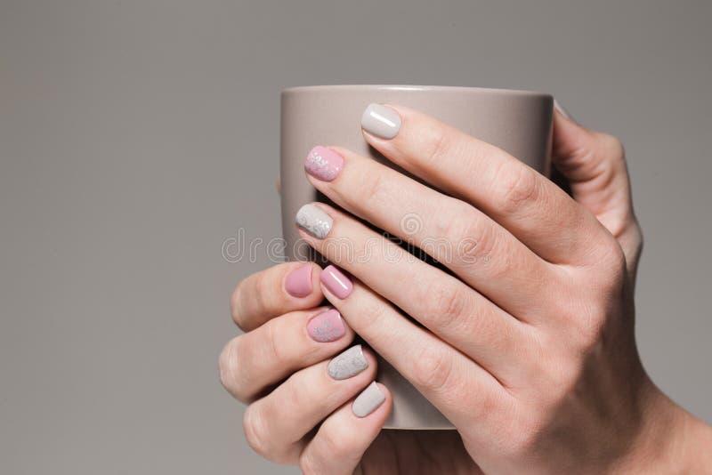 Closeupsikt av vita händer av den sunda kvinnan arkivbild