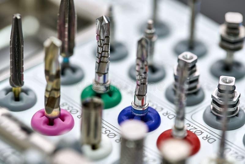 Closeupsikt på hjälpmedel för tand- prosthetic royaltyfri foto