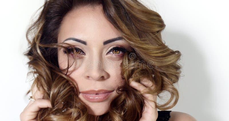 Closeupskönhetstående av den attraktiva flickan royaltyfri foto