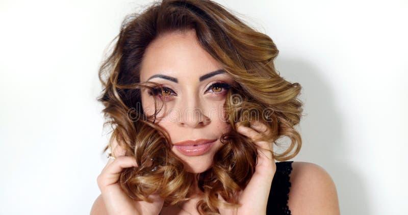 Closeupskönhetstående av den attraktiva flickan royaltyfria foton