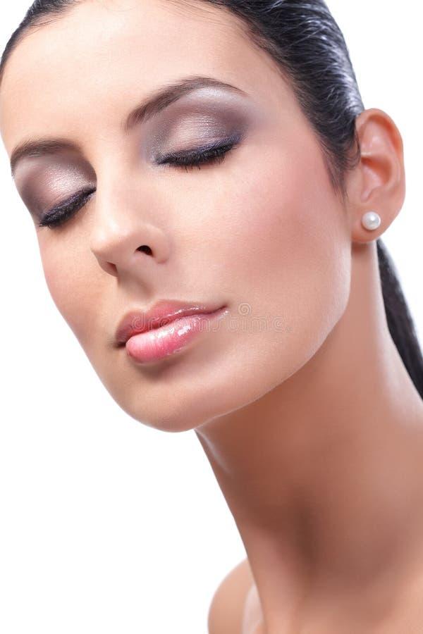 Closeupskönhetstående av den attraktiva kvinnliga modellen arkivbild