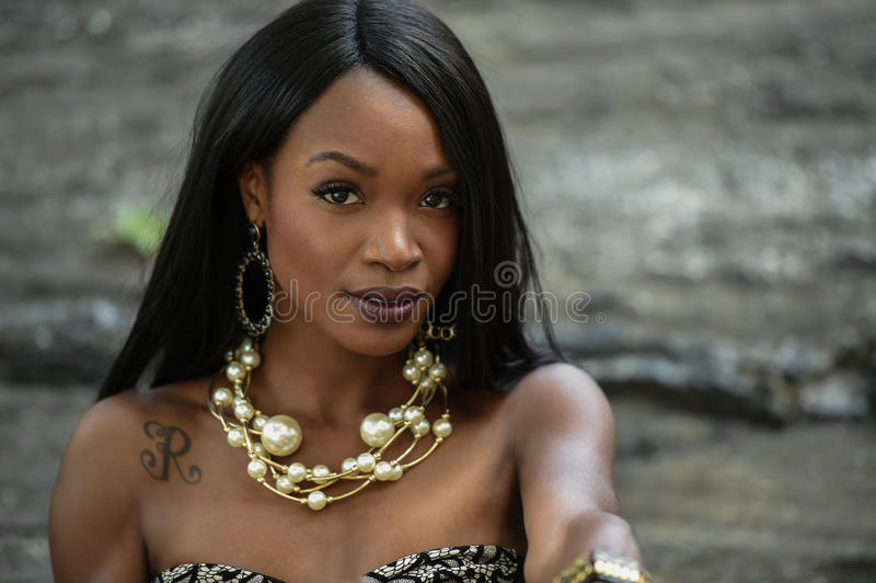 Closeupskönhetstående av den unga afrikansk amerikanflickan arkivfoto