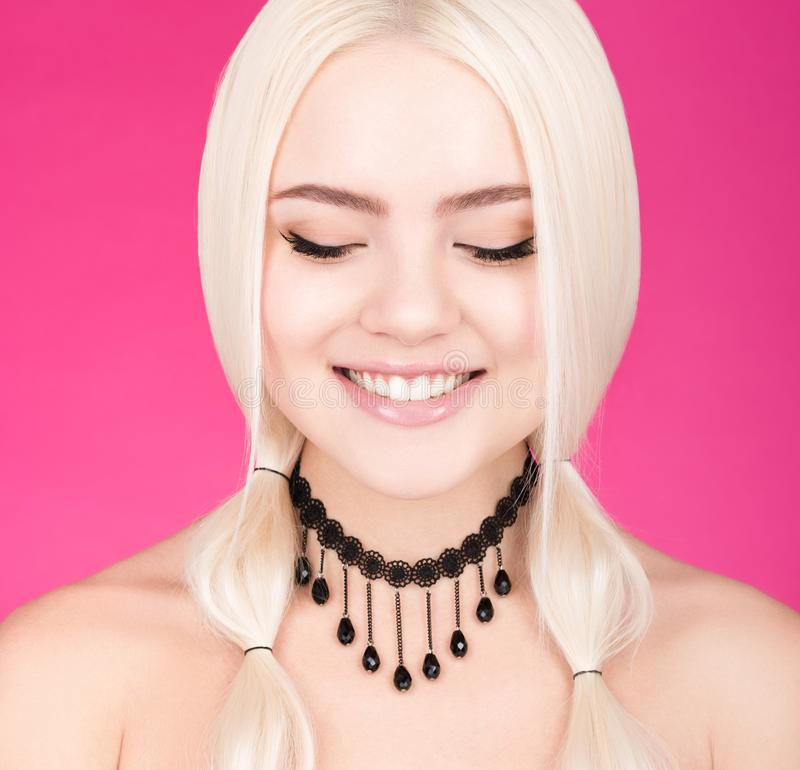Closeupskönhetstående av den unga härliga kvinnan med ett charmigt leende och stängda ögon royaltyfria bilder