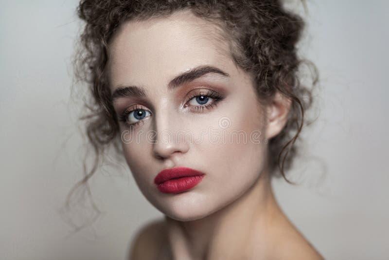 Closeupskönhetstående av den unga härliga modemodellen med Co arkivbild