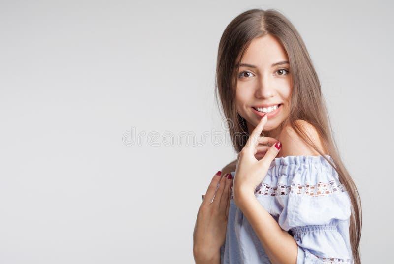 Closeupskönhetstående av en ung sinnlig härlig brunettflicka med långt svart rakt flyghår royaltyfria foton