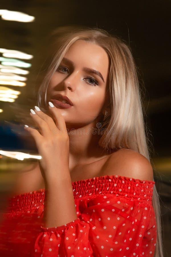 Closeupskott av den härliga blonda modellen med naken skuldraposi fotografering för bildbyråer