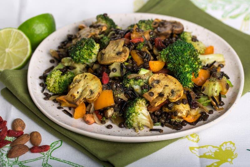 Closeupskott av den sunda strikt vegetarianblandningen av ris och Len för broccoli lösa arkivfoton
