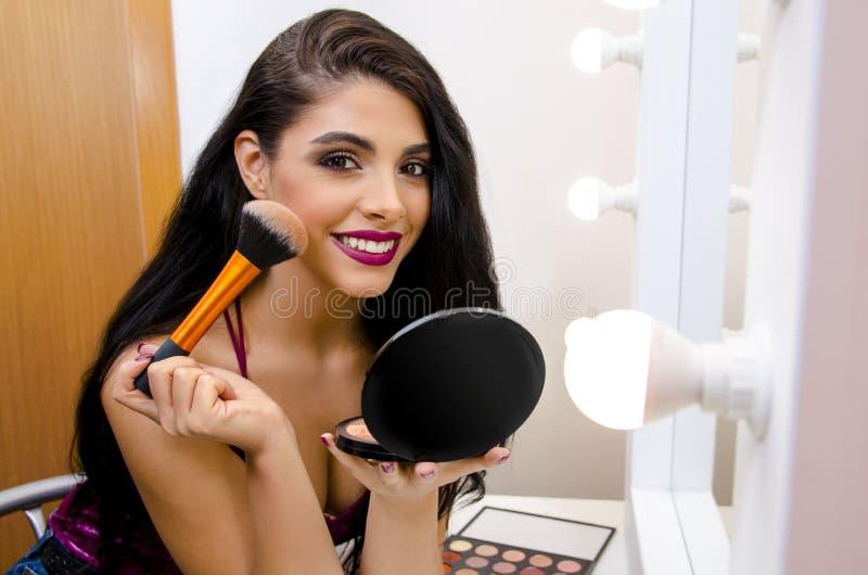 Closeupskott av den ursnygga unga flickan med makeupborsten royaltyfri fotografi
