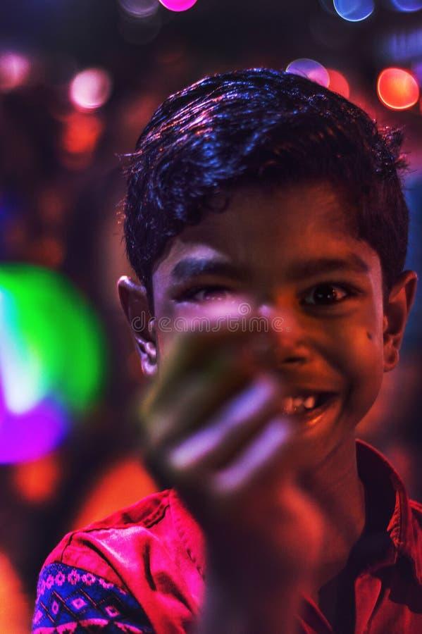 Closeupskott av ungen som spelar med en ledd boll arkivfoton