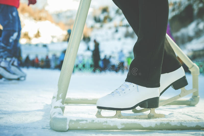 Closeupskridskon skor skridskoåkningen som är utomhus- på isbanan royaltyfri bild
