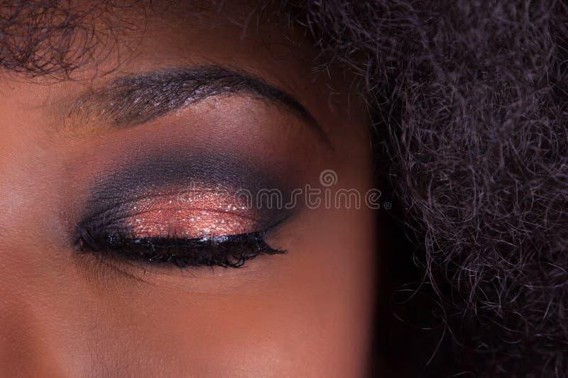 Closeupsminket stängde ögat av en afrikansk amerikankvinna arkivbild