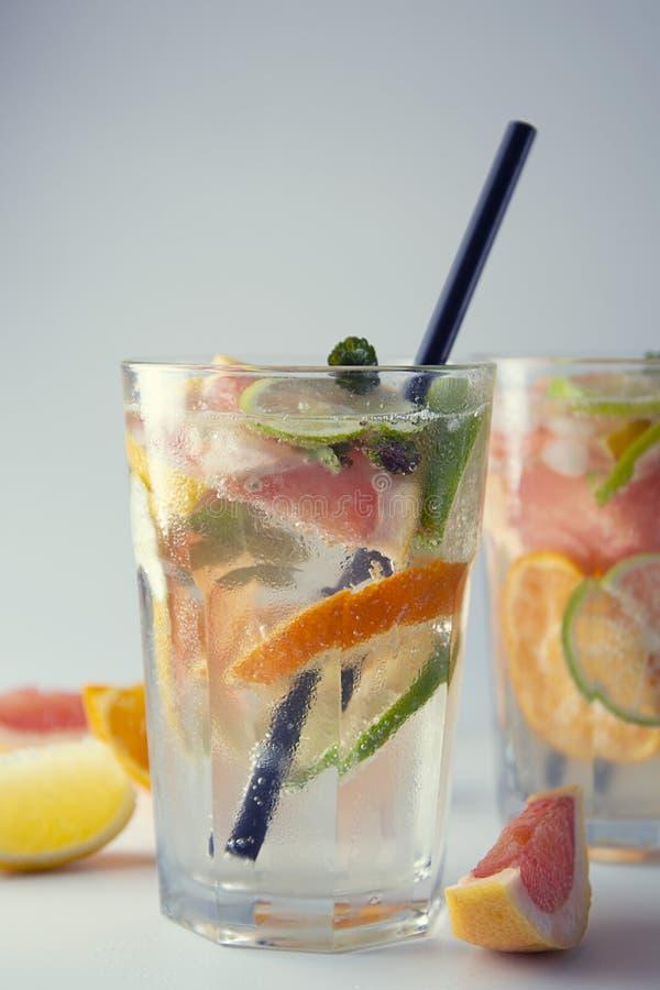 Closeupsommardrink Hemlagad lemonad, fruktsaft eller coctail med kolsyrat vatten, citrusfrukter Uppfriskande kall drink arkivfoto