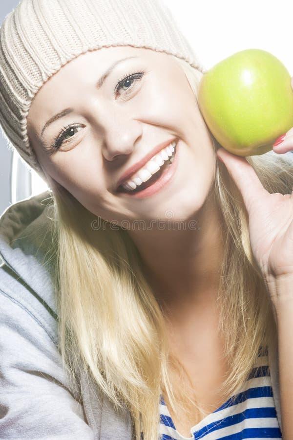 Closeupstående av att le den Caucasian kvinnan med gröna Apple fotografering för bildbyråer