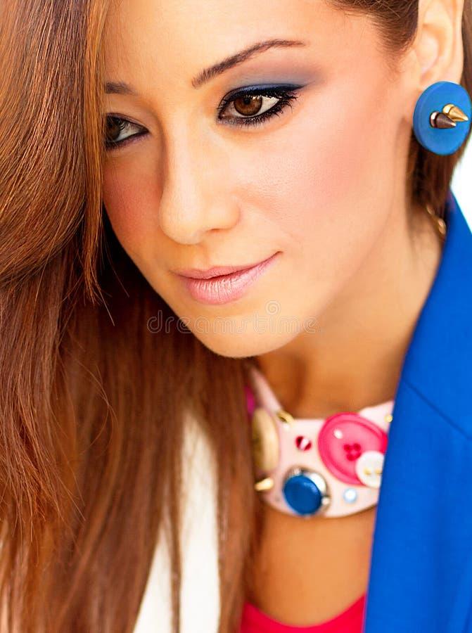 Closeupstående av den attraktiva unga ladyen royaltyfri fotografi