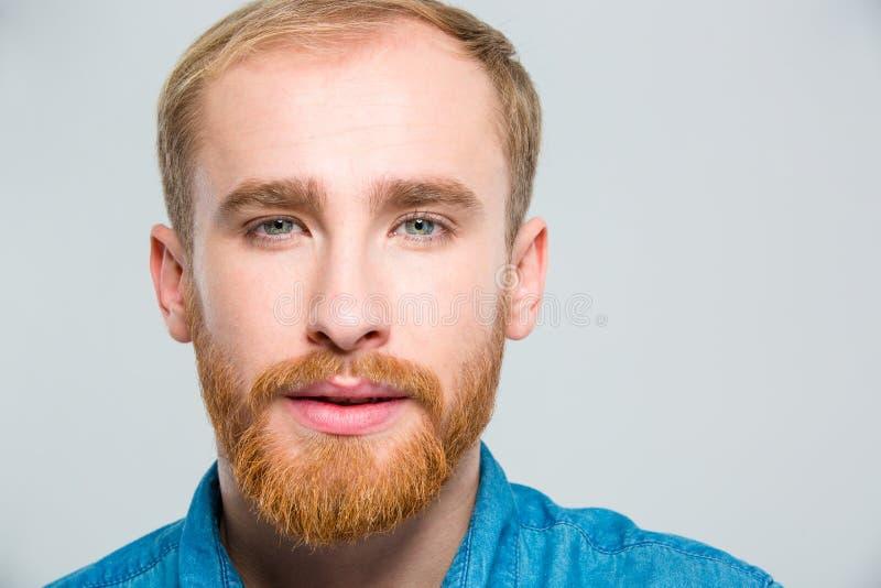 Closeupstående av den attraktiva unga mannen med skägget arkivfoto