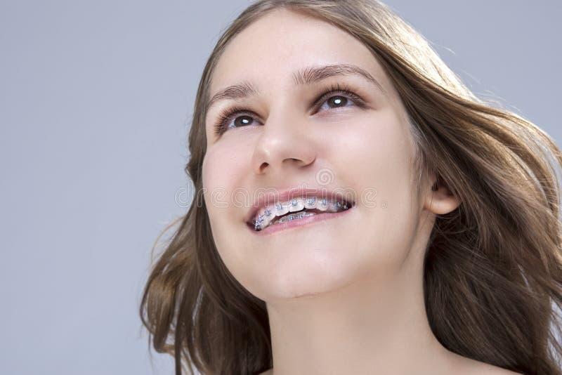 Closeupstående av den Caucasian kvinnliga tonårs- flickan med tandbehån arkivbild