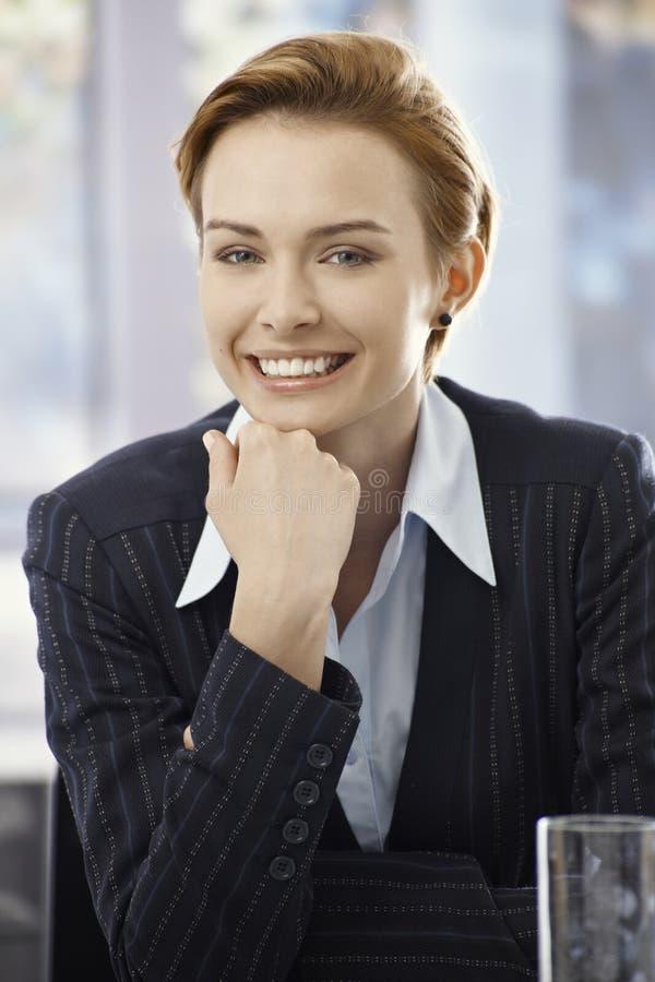 Closeupstående av den eleganta affärskvinnan royaltyfri bild