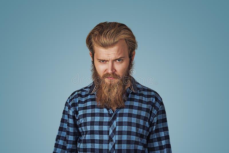 Closeupstående av den förargade, vresiga tokiga mannen fotografering för bildbyråer