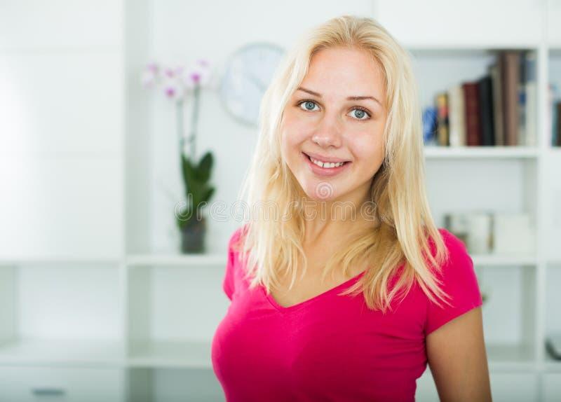 Closeupstående av den glade unga blonda kvinnan arkivbild