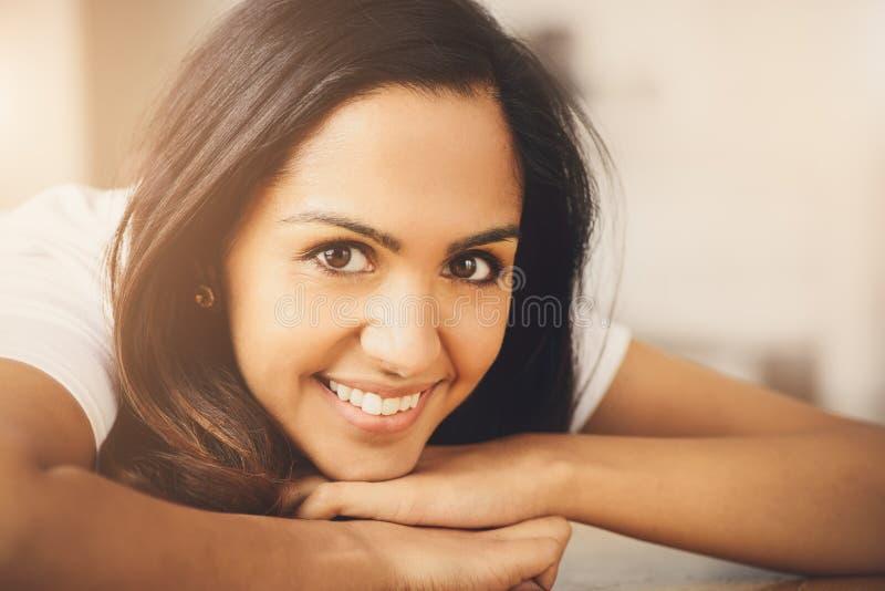 Closeupstående av den gulliga indiska tonårs- flickan som hemma ler arkivbild
