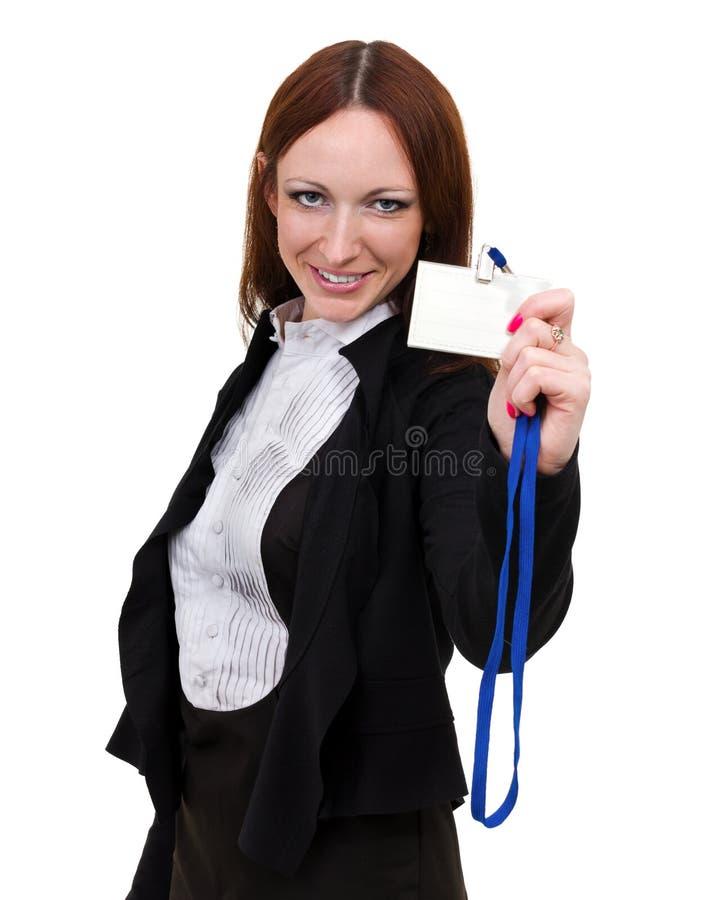 Closeupstående av den gulliga unga affärskvinnan med ett litet emblem som isoleras på vit royaltyfri foto