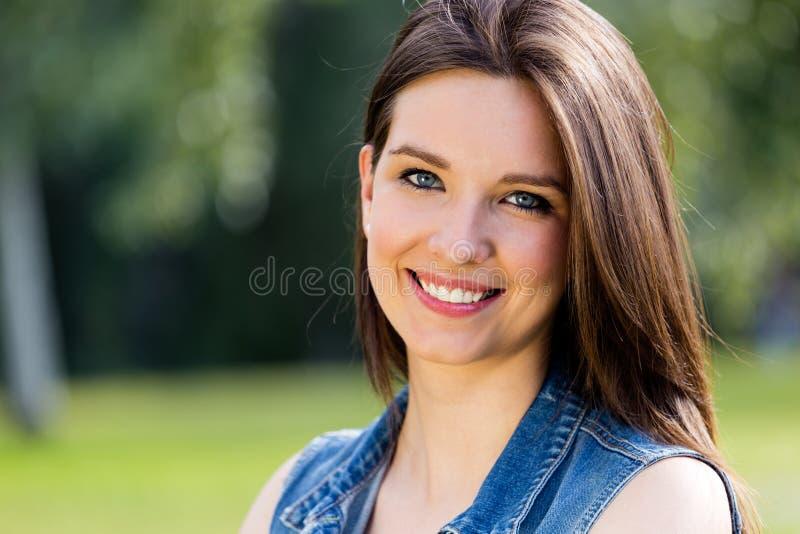Closeupstående av den gulliga unga kvinnan i parkera arkivfoton