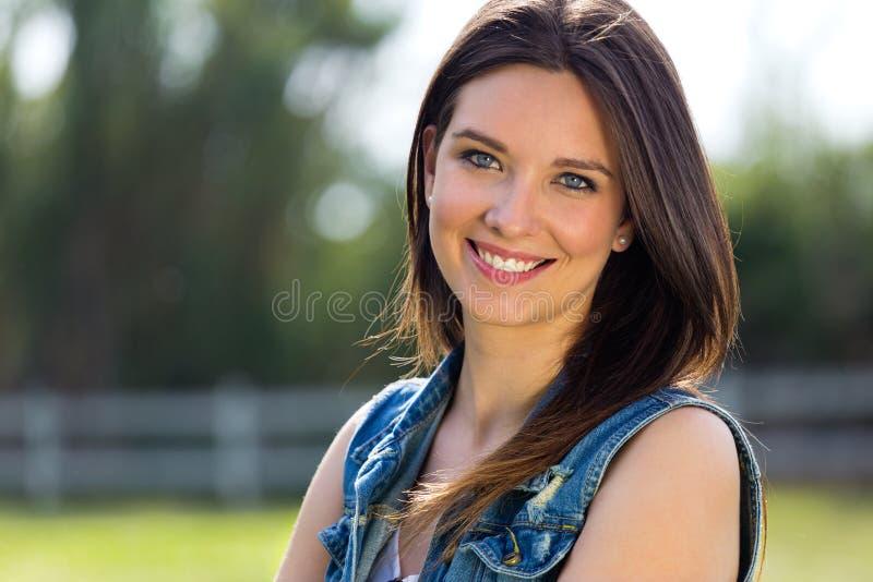 Closeupstående av den gulliga unga kvinnan i parkera arkivbild