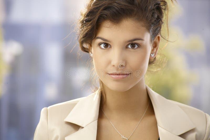 Closeupstående av den härliga affärskvinnan arkivfoto