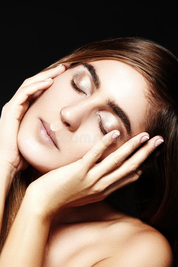 Closeupstående av den härliga kvinnaframsidan med ren skinande hud Naturlig daglig makeup Wellnessskönhetskott, Spa smink royaltyfri bild