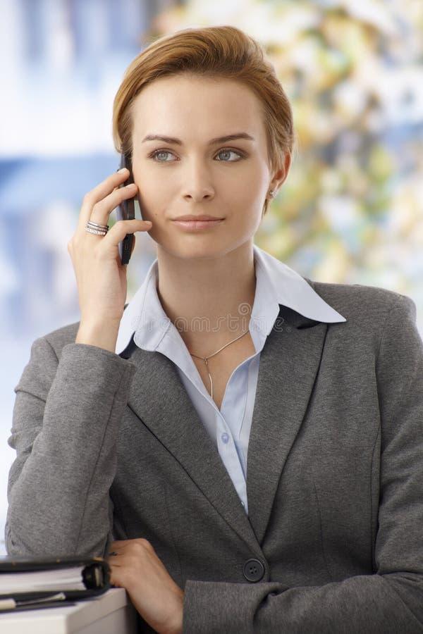 Closeupstående av den härliga kvinnan med mobilen arkivbild