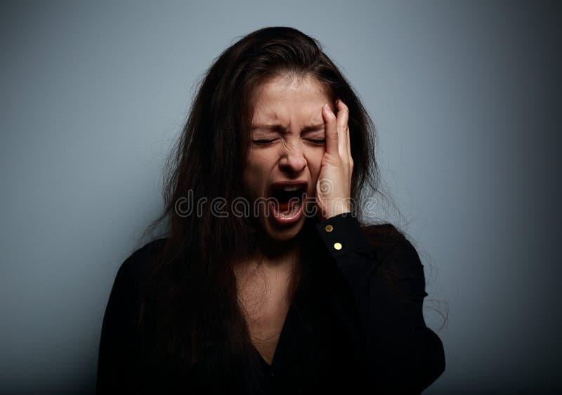 Closeupstående av den ilskna, ledsna och desperata ropa kvinnan royaltyfri fotografi