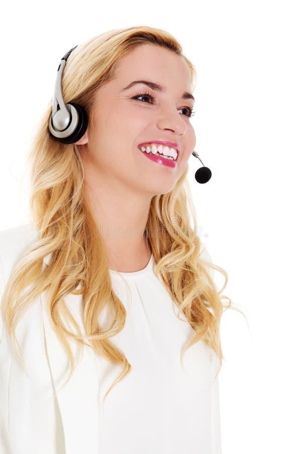 Closeupstående av den kvinnliga bärande hörlurar med mikrofon för kundtjänstrepresentant royaltyfria foton