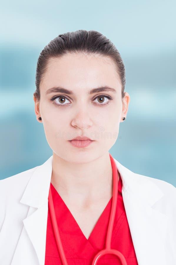 Closeupstående av den kvinnliga doktorn för serios royaltyfri fotografi
