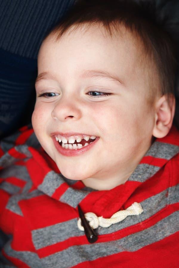 Closeupstående av den lilla litet barnpojken som skrattar att le royaltyfri bild