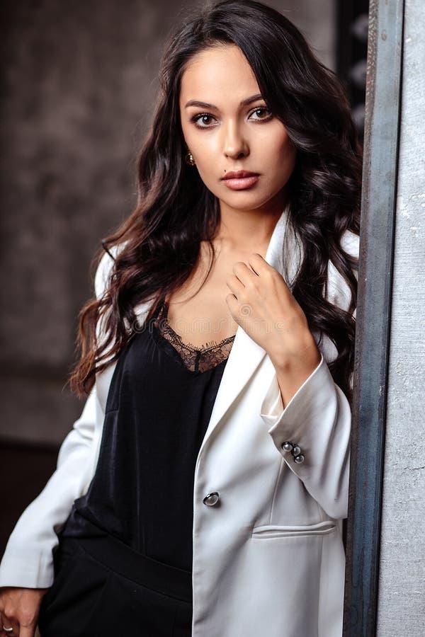 Closeupstående av den lockiga kvinnan för härlig brunett med perfekt hud och naturlig makeup Modeskönhetfoto royaltyfria foton