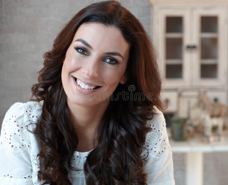 Closeupstående av den lyckliga le kvinnan royaltyfri foto