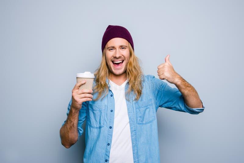 Closeupstående av den lyckliga mannen som gör en gest upp hans tummefinger, hol arkivfoton