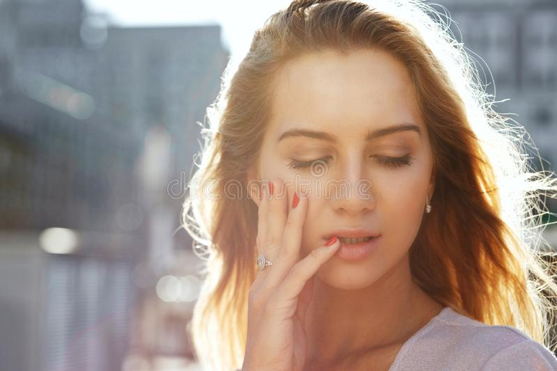 Closeupstående av den lyxiga blonda flickan med långt posera för hår arkivfoton