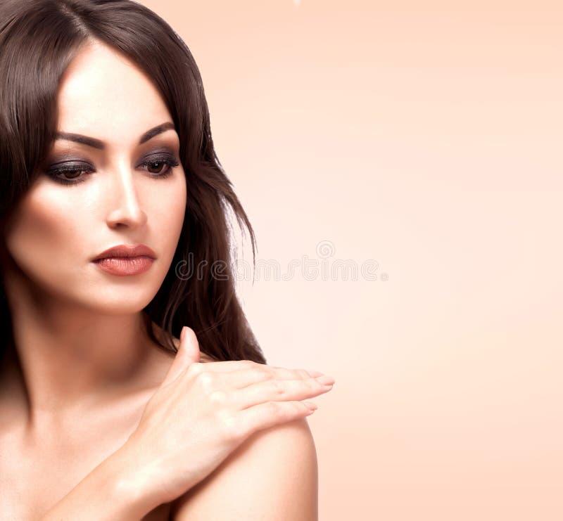 Closeupstående av den nätta kvinnan, pastellfärgad bakgrund royaltyfri foto