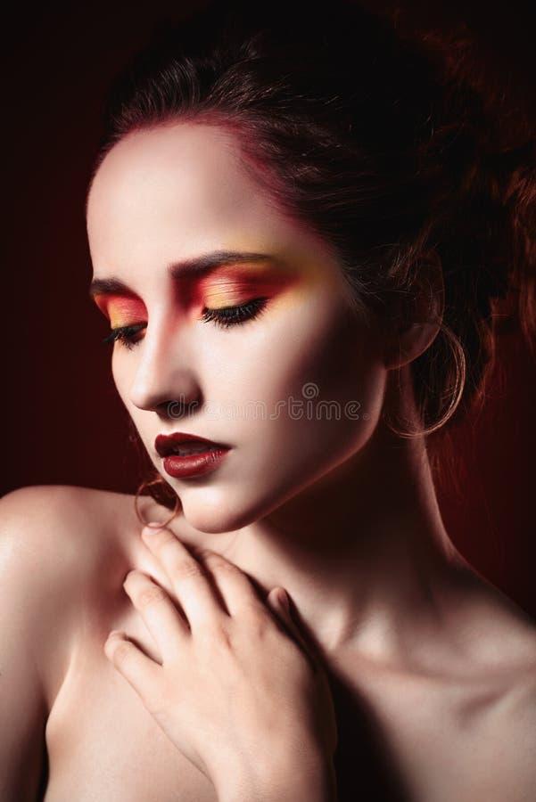 Closeupstående av den nätta ledsna rödhåriga flickan arkivfoton