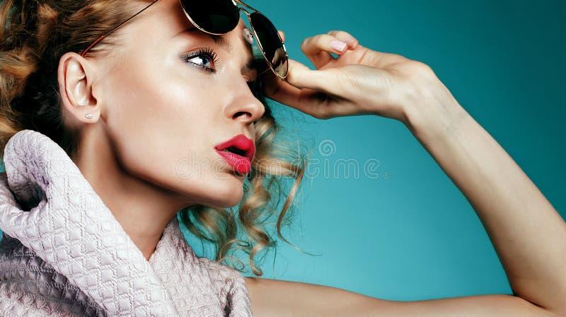 Closeupstående av den sexiga flickan royaltyfria bilder