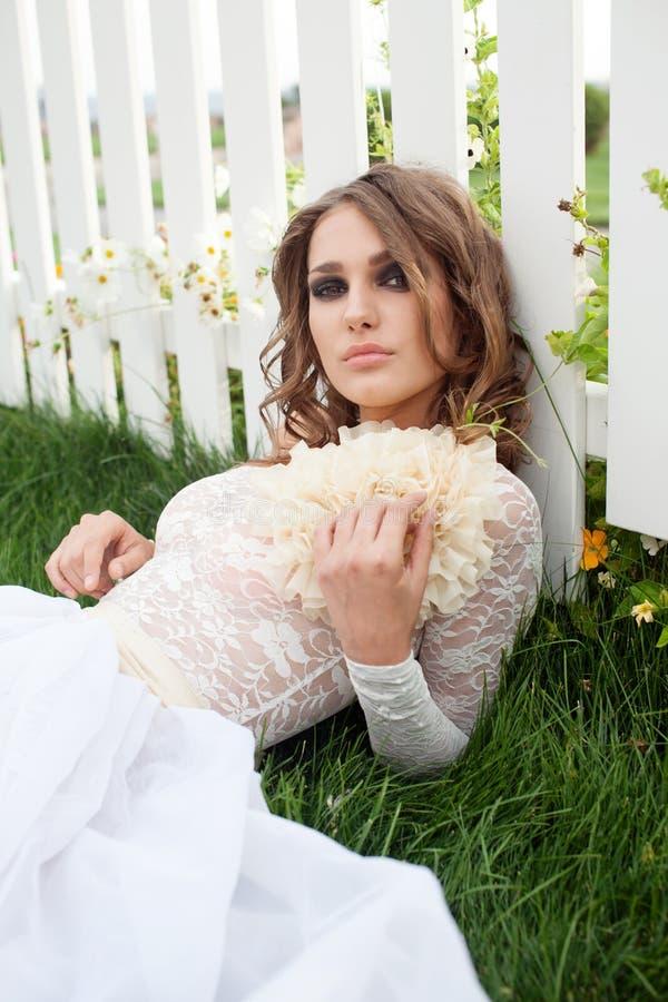 Closeupstående av den stilfulla unga kvinnan fotografering för bildbyråer