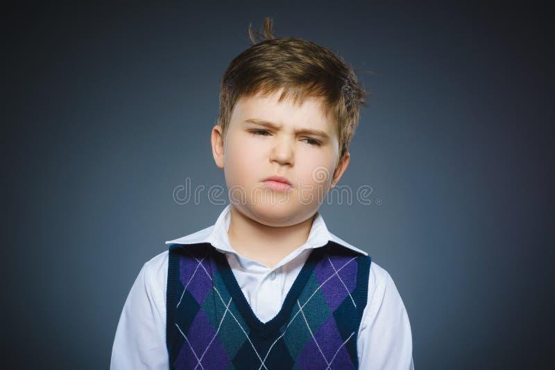 Closeupstående av den stiliga pojken med förvånat uttryck på grå bakgrund arkivfoton