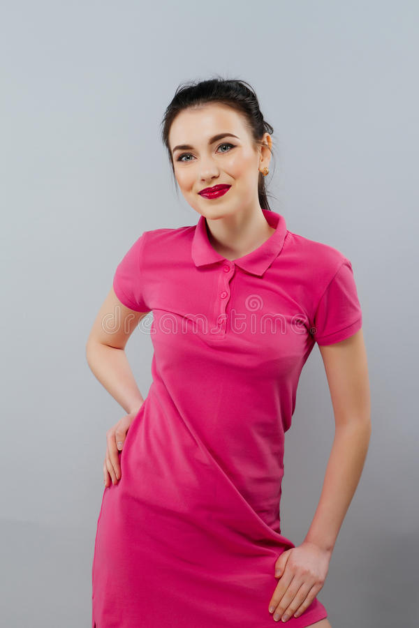 Closeupstående av den unga le flickan i rosa polo royaltyfri bild