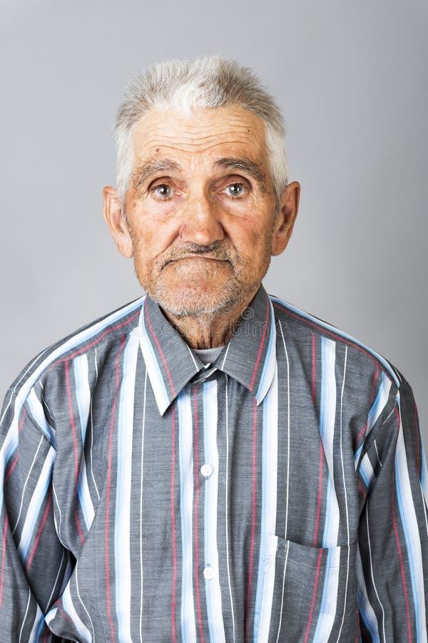 Closeupstående av den uttrycksfulla gamala mannen fotografering för bildbyråer