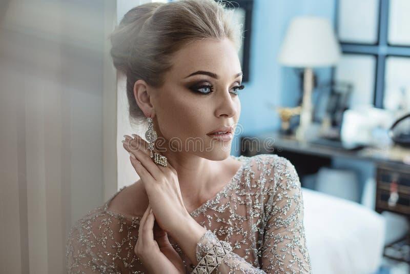 Closeupstående av en elegant kvinna som bär dyra smycken royaltyfri bild