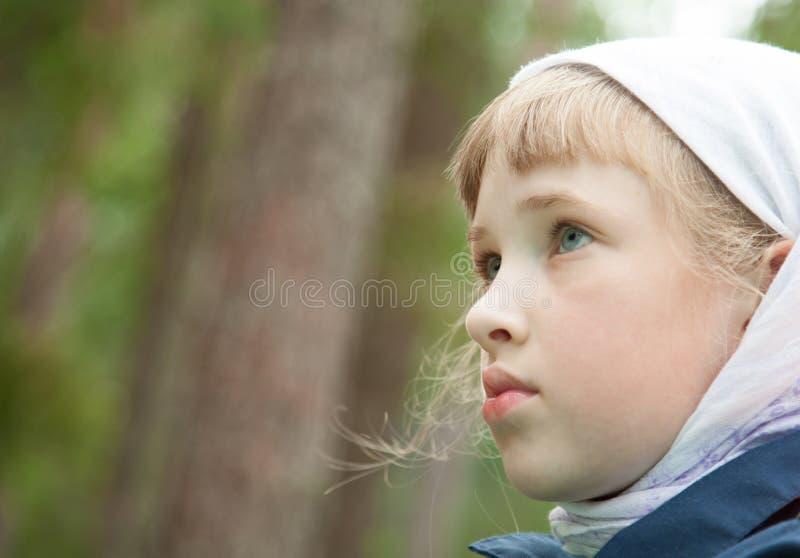 Closeupstående av en förskolebarnflicka utomhus royaltyfri bild