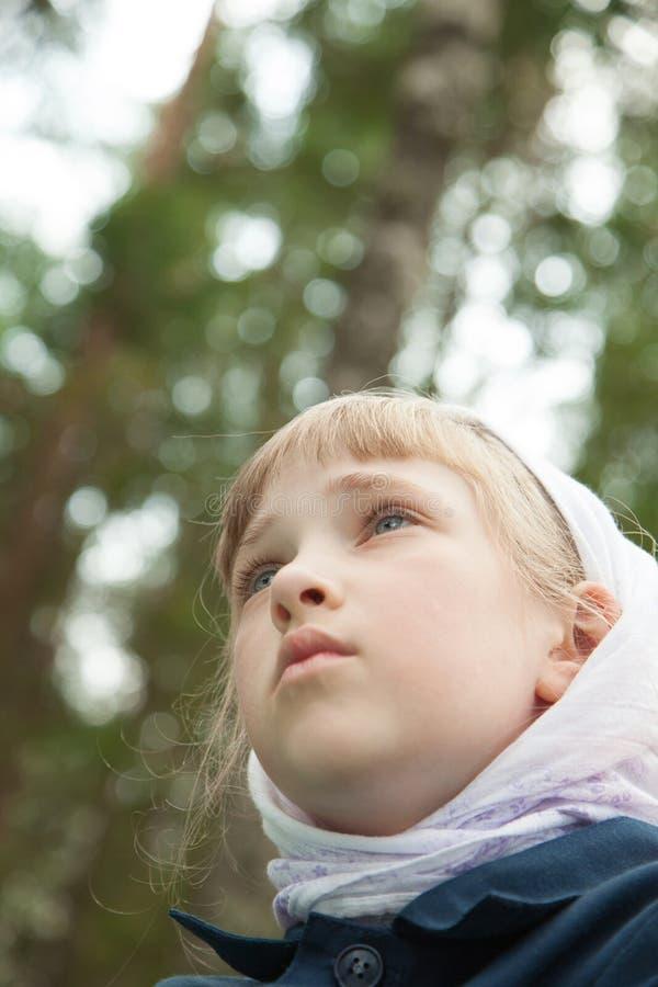 Closeupstående av en förskolebarnflicka utomhus fotografering för bildbyråer