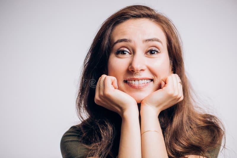 Closeupstående av en gladlynt lycklig kvinna på en vit bakgrund Positiva sinnesrörelser, ansiktsuttryck royaltyfri bild