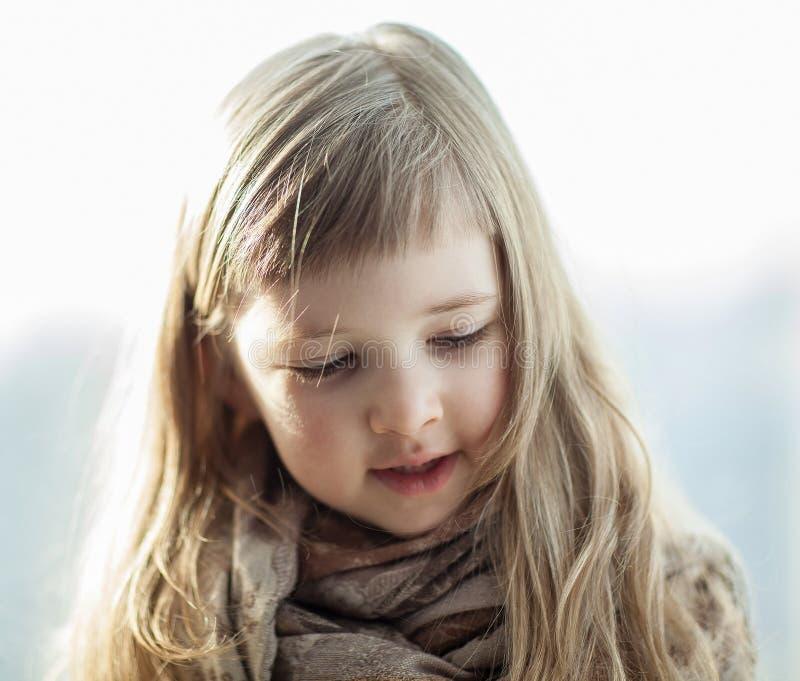 Closeupstående av en härlig liten flicka fotografering för bildbyråer